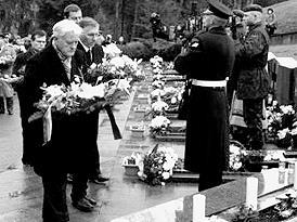 Kranzniederlegung anlässlich eines Jahrestags des Vilniusser Blutsonntags durch Staatspräsident Valdas Adamkus