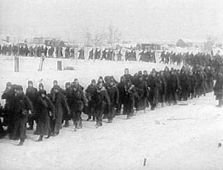 Deutsche Soldaten in Stalingrad auf dem Weg in die Kriegsgefangenschaft